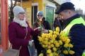 Pasażerki MZK otrzymały tulipany na Dzień Kobiet