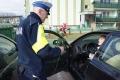Policjanci wręczali paniom kwiaty