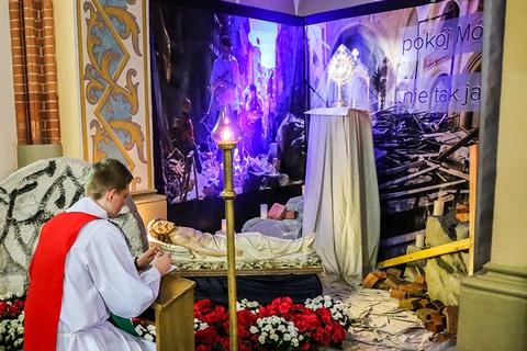 Telewizor w kościele i światowe konflikty czyli Groby Pańskie w ostrołęckich parafiach (zdjęcia)