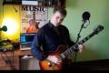 Piotr Sierzputowski wymiata na gitarze i walczy o głosy (wideo) - szkic