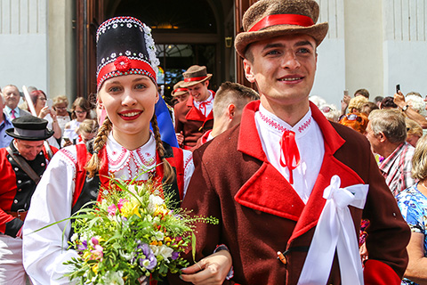 Wesele Kurpiowskie: ślub i barwny korowód ulicami Kadzidła (zdjęcia, wideo)