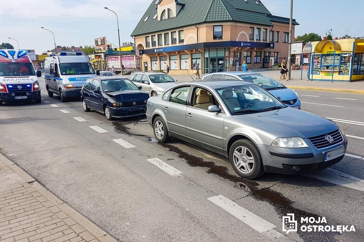 9eba6b3cc18aa Do zderzenia dwóch samochodów osobowych doszło przy dworcu PKS w Ostrołęce.  Przyczyną było niezachowanie bezpiecznego odstępu od poprzedzającego auta.