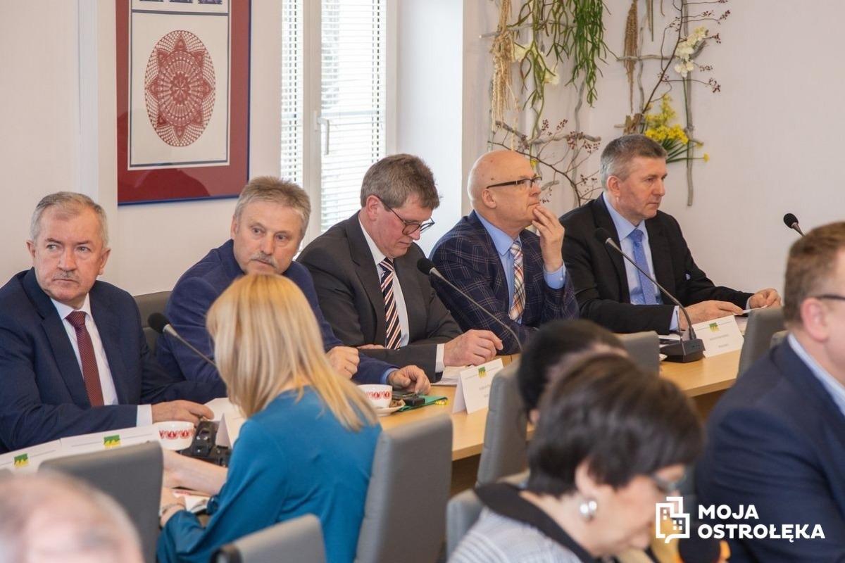8ab3e02e3d W sali konferencyjnej Starostwa Powiatowego w Ostrołęce odbyła się sesja  rady powiatu. Poza stałymi punktami obrad